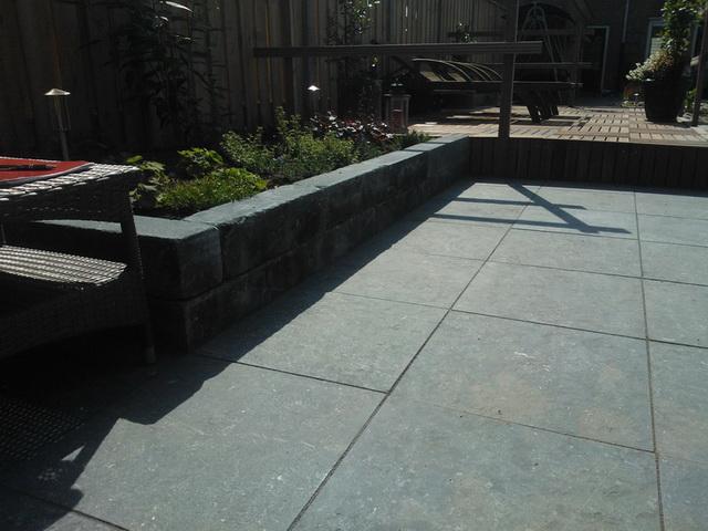 Aanleg achter met natuursteen, vijver, en aanplanten borders (12)