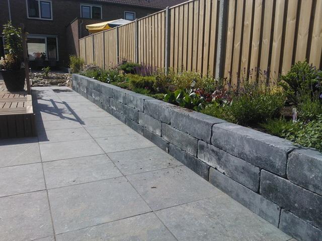 Aanleg achter met natuursteen, vijver, en aanplanten borders (13)
