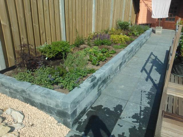 Aanleg achter met natuursteen, vijver, en aanplanten borders (6)
